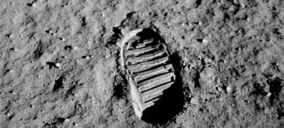 Ayda ilk ayak izi